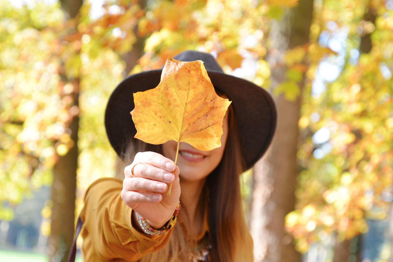 Look automne : chemise jaune moutarde, jean destroy, chapeau gris et boots bordeaux