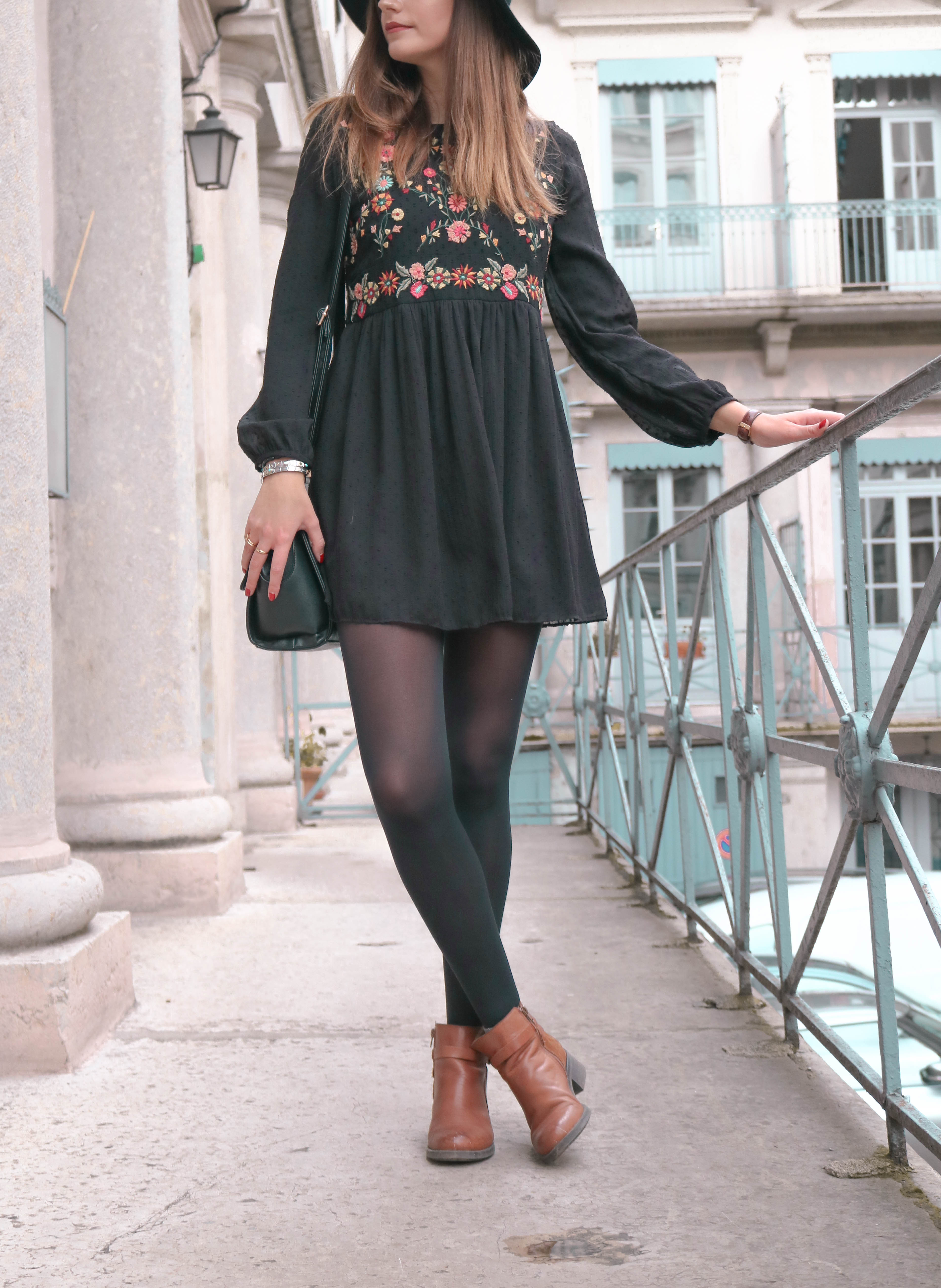 Look mode robe noire brodée à fleurs Zara