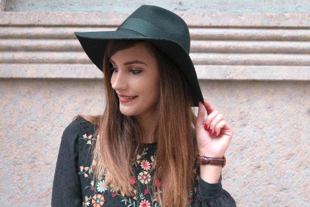 Look mode robe noire brodée et chapeau noir