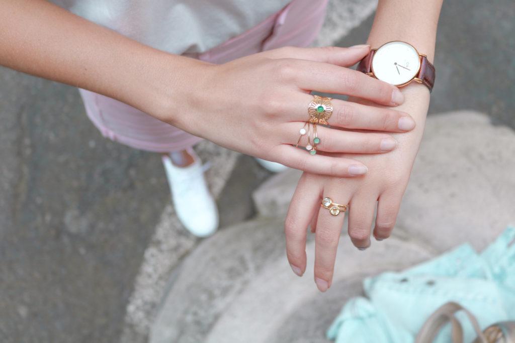 Bijoux accumulation bagues dorées et montre daniel wellington